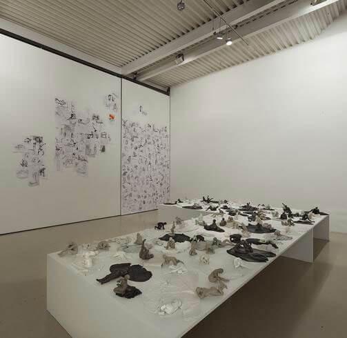 Doris Maninger, Sono qui [un esercito di donnacce nude], 2014, exhibition view